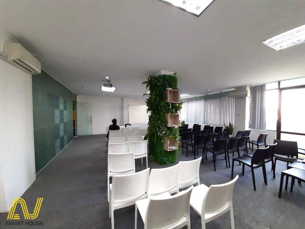 Để có văn phòng đẹp mắt, hợp phong thủy mà sang trọng hiện đại thì đa số doanh nghiệp lựa chọn dịch vụ thiết kế và thi công văn phòng.