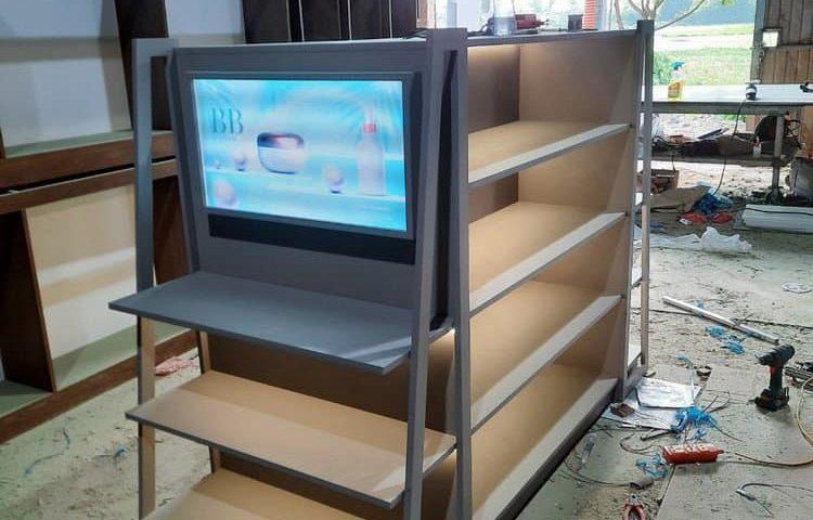 Anviethouse sản xuất kệ gỗ công nghiệp showroom mỹ phẩm