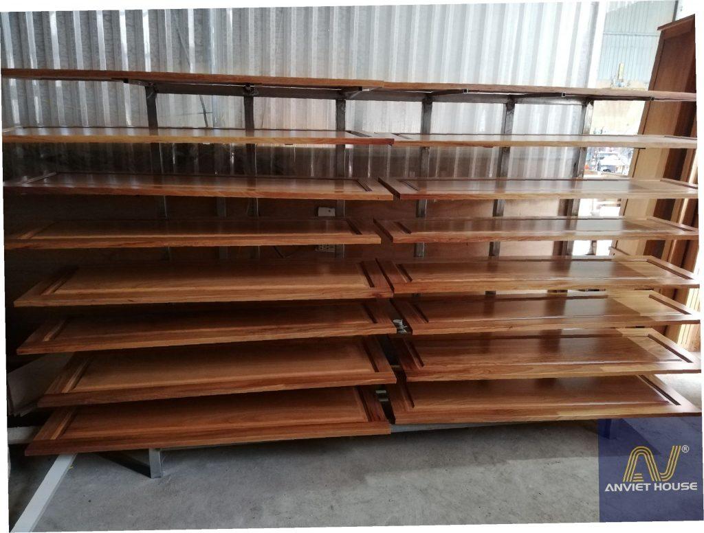 Sơn gỗ tại xưởng