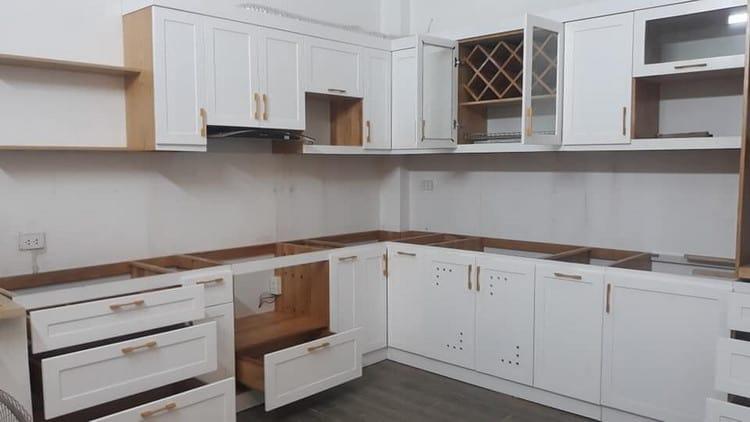 mẫu tủ bếp gỗ tự nhiên đẹp sơn trắng