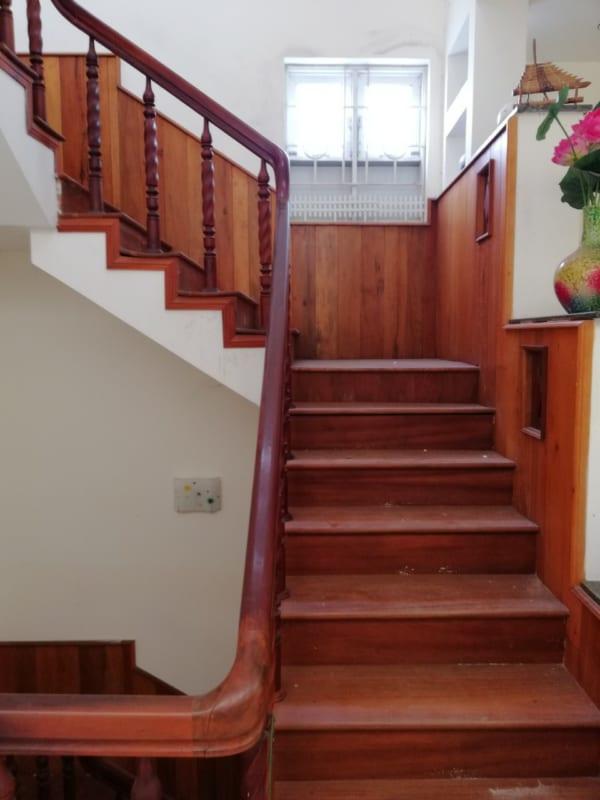 cầu thang gỗ gõ đỏ đẹp