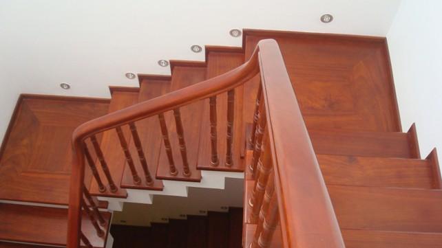 cầu thang từ gỗ gõ đỏ