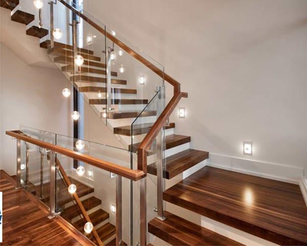 cầu thang gỗ kính cường lực đẹp
