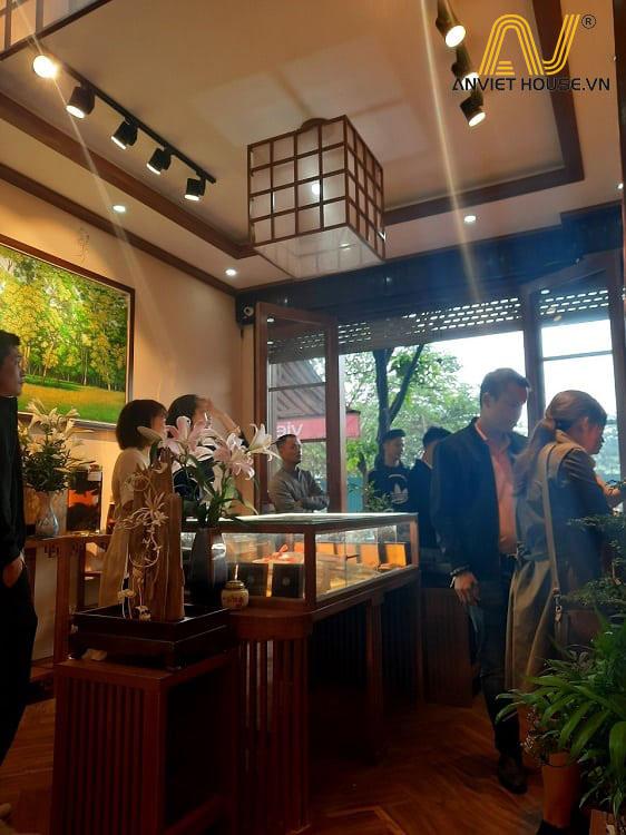 Cửa hàng trầm hương Nhật Tâm - Đảo trưng bày gỗ tần bì tự nhiên kết hợp gỗ Veneer