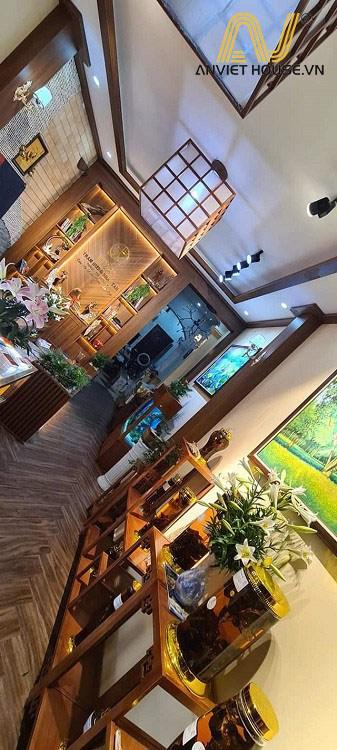 cửa hàng trầm hương Nhật Tâm - đèn trần và cột gỗ