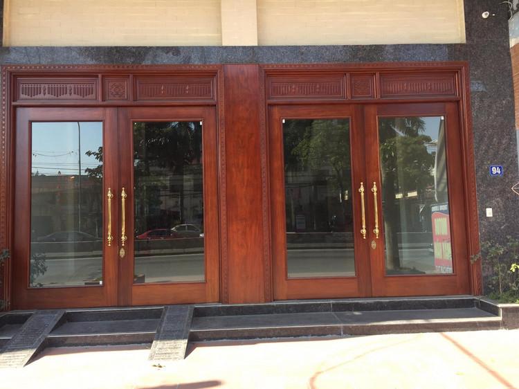 cửa gỗ kính cường lực hiện đại và sang trọng