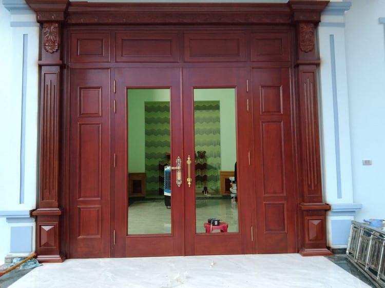 mẫu cửa kính cường lực khung gỗ 2 cánh đẹp