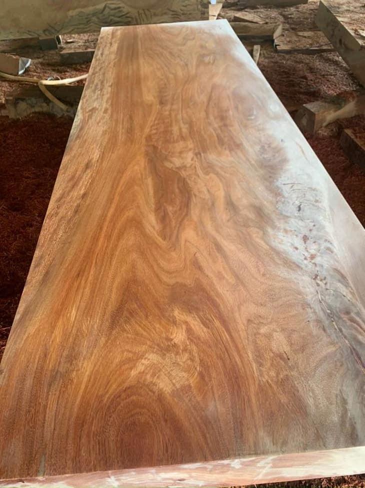 mặt bàn với vân gỗ đẹp và sang trọng