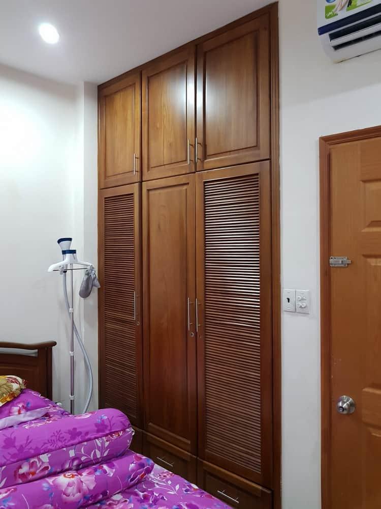 mẫu tủ quần áo 3 cánh gỗ gõ đỏ âm tường