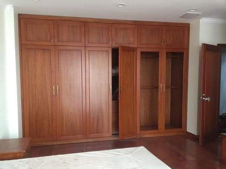 mẫu tủ quần áo gỗ gõ đỏ phong cách hiện đại